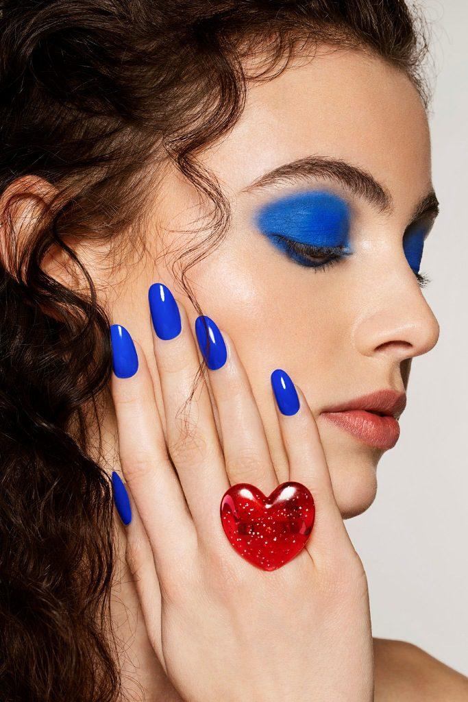 לק לציפורניים בגוון כחול רויאל של אורלי. צילום ג'ון וויט