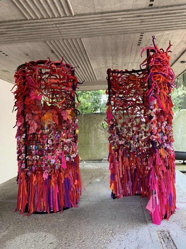 מיצב צבעוני של פסל טוטם עשוי מחוטים צבעוניים בביתן של ונצואלה