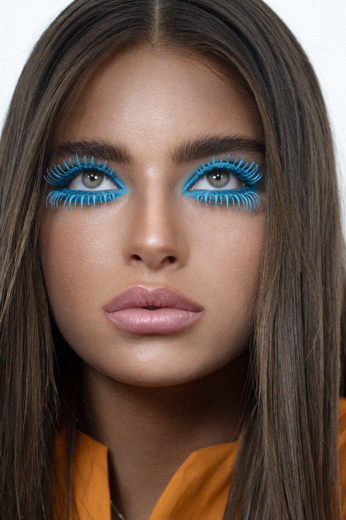 נועה קירל באיפור עיניים דרמטי בכחול של מאק