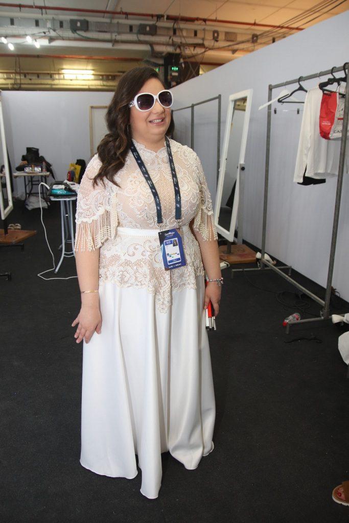 ענאל כליפה בשמלה בעיצובו של דרור קונטנטו