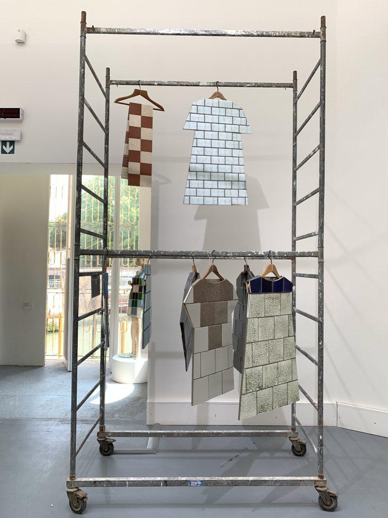 שמלות ובגדים מאריחי קרמיקה ישנים שניצלו מפירוק בית מלון בוונציה