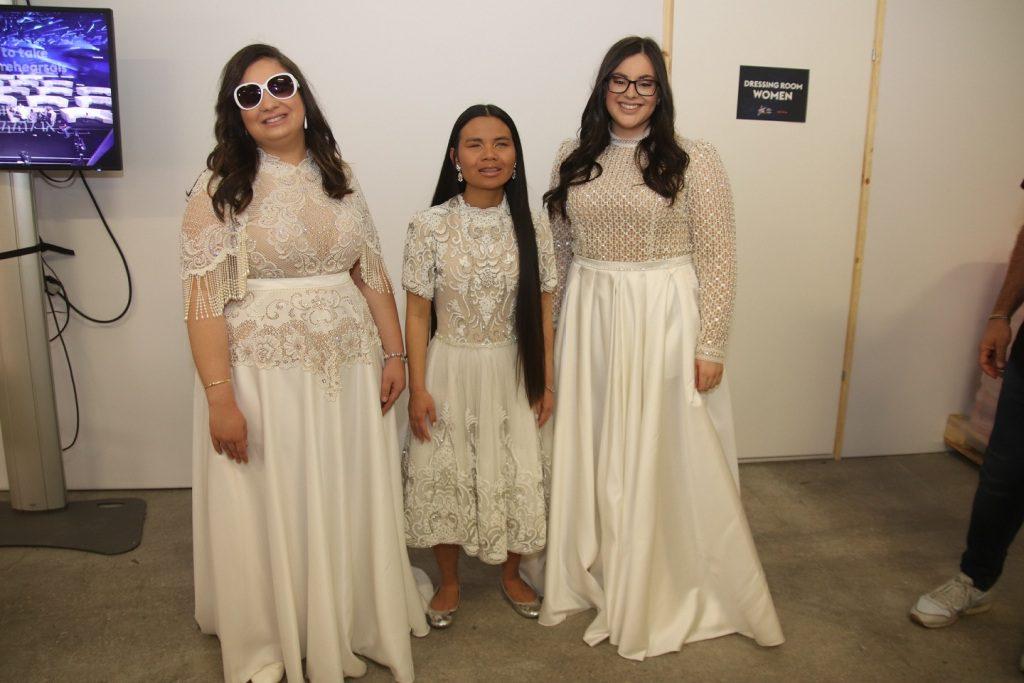 חברות שלווה מאחורי הקלעים עם השמלות של דרור קונטנטו