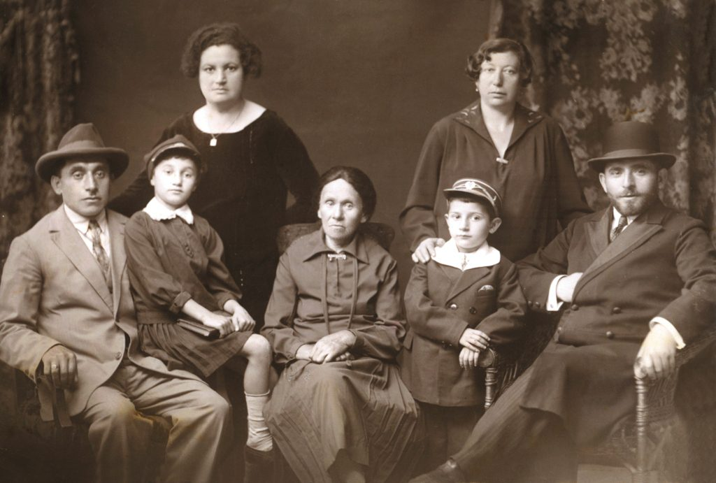 תמונה משפחתית אחת, מימין לשמאל סבי, סבתי, אבי, אם סבתי מרי ודודים