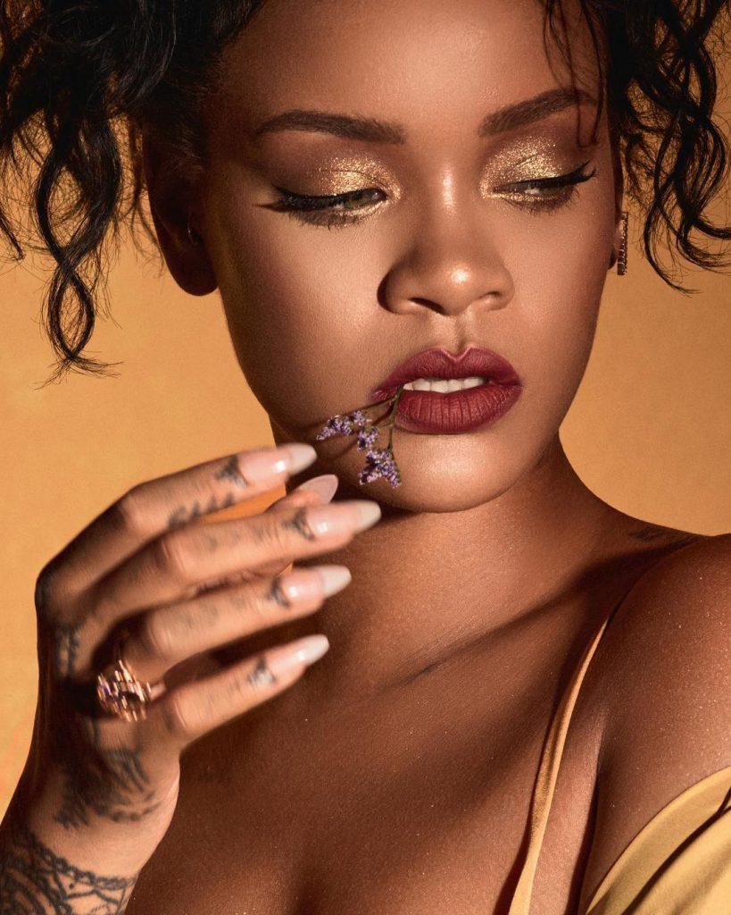 ריהאנה שולפת ציפורניים ארוכות בגוון ניוד טבעי