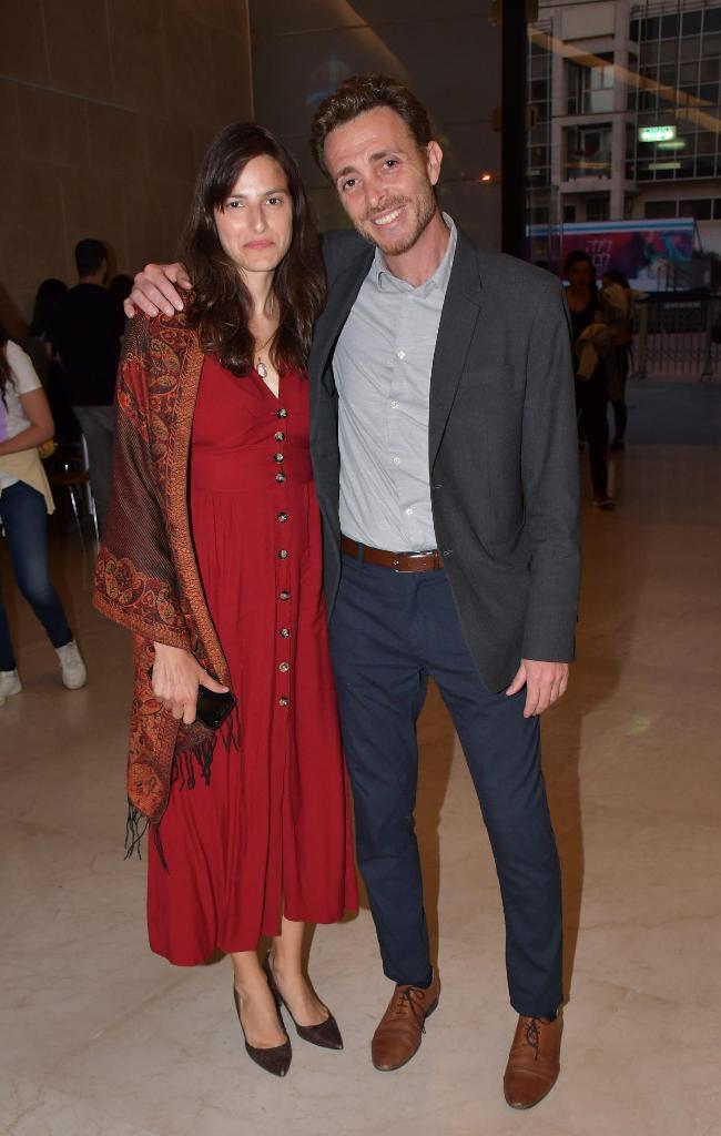 גליה מלטסטה, דוגמנית ובמאית ואשתו של הזמר גלעד שגב, עם רן גואטה, מנכל הקאמרי