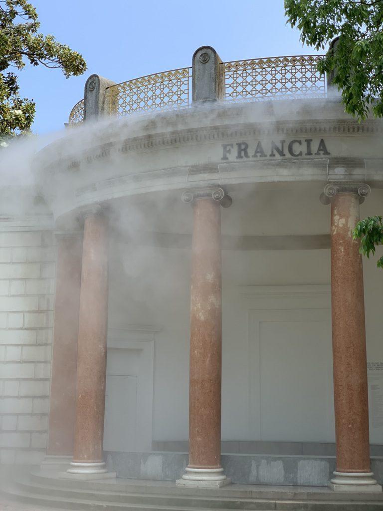 ערפל קריר עוטף את הביתן הצרפתי בפארק ג׳ארדיני, כחלק ממיצג העוסק באקולוגיה