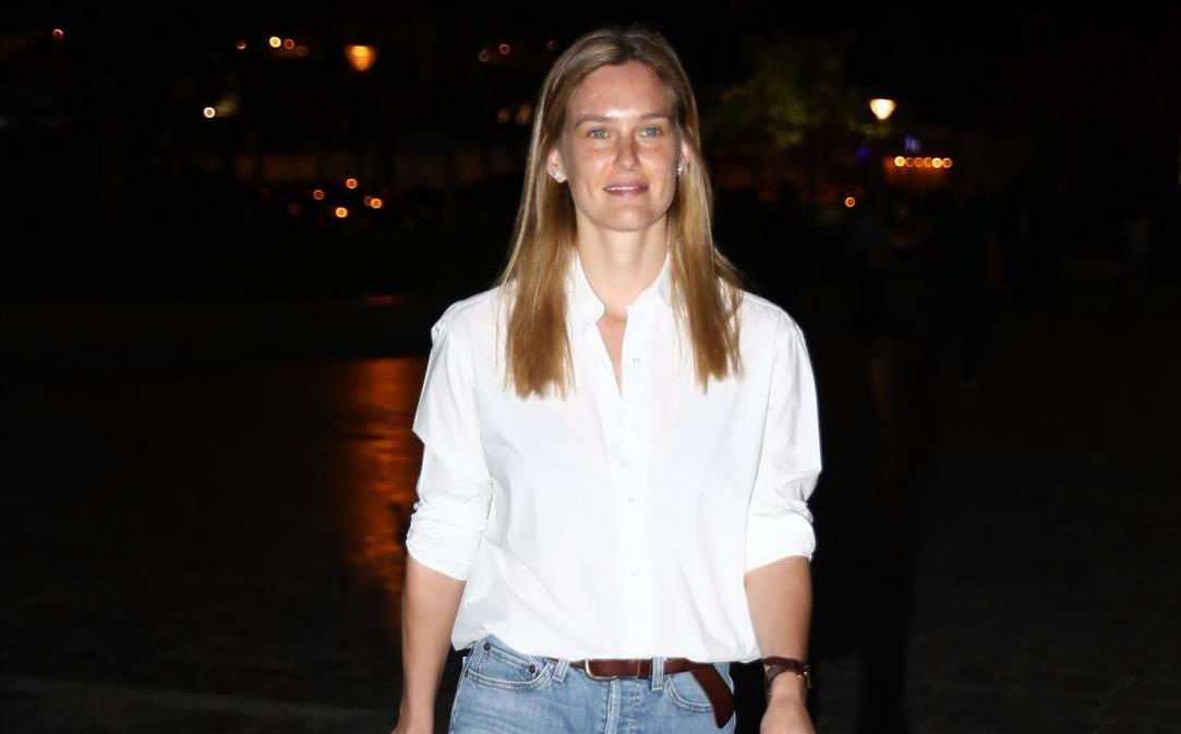 בר רפאלי, עוד חברה טובה של סנדרה, עלתה על ג'ינס וחולצה גברית לבנה, ובאה עם חברות