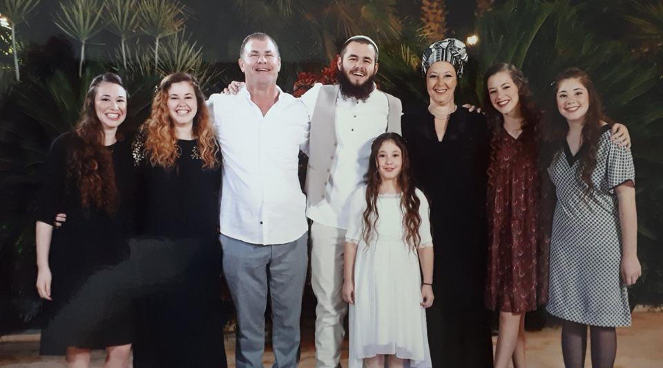חוה וצחי שץ עם ששת ילדיהם
