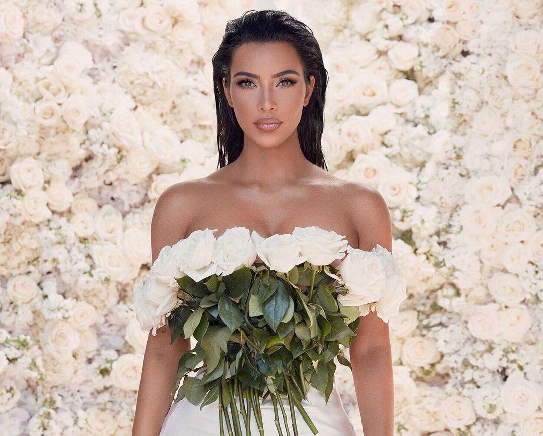 לבן הוא לעולם צבע חגיגי. כך בחרה קים קרדשיאן להצטלם להשקת קולקציית האיפור שלה לקיץ 2019