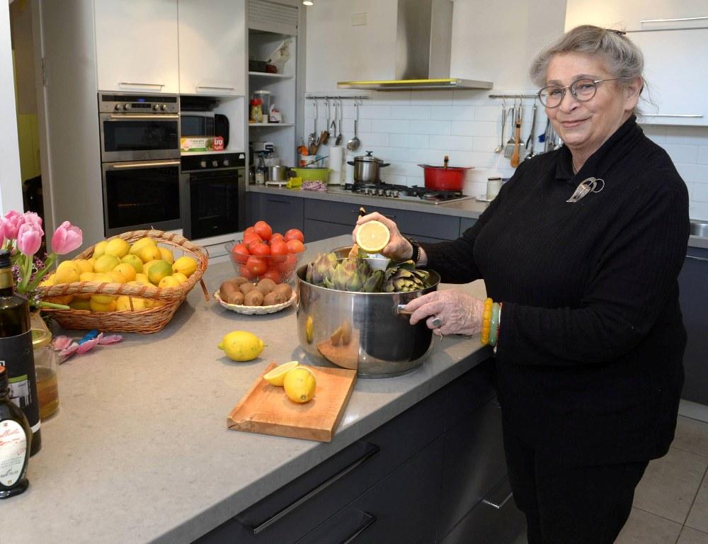 נחמה ריבלין זל בתמונה אופיינית במטבח במשכן הנשיא בירושלים