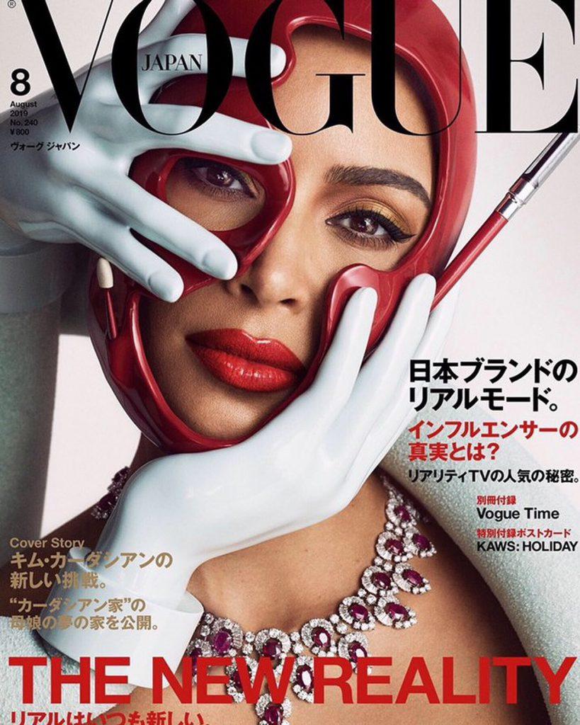 קים קרדשיאן בצילום הראשון לשער ווג יפן עם קסדה אדומה עתידנית של חוסיין שאליאן