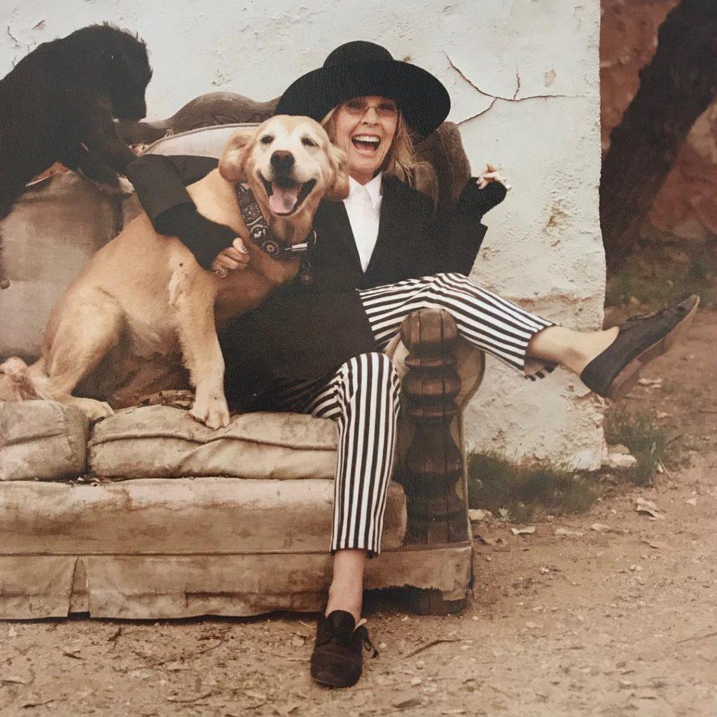 דיאן קיטון במראה האהוב עליה - מכנסי פסים, ז'קט גברי ומגבעת