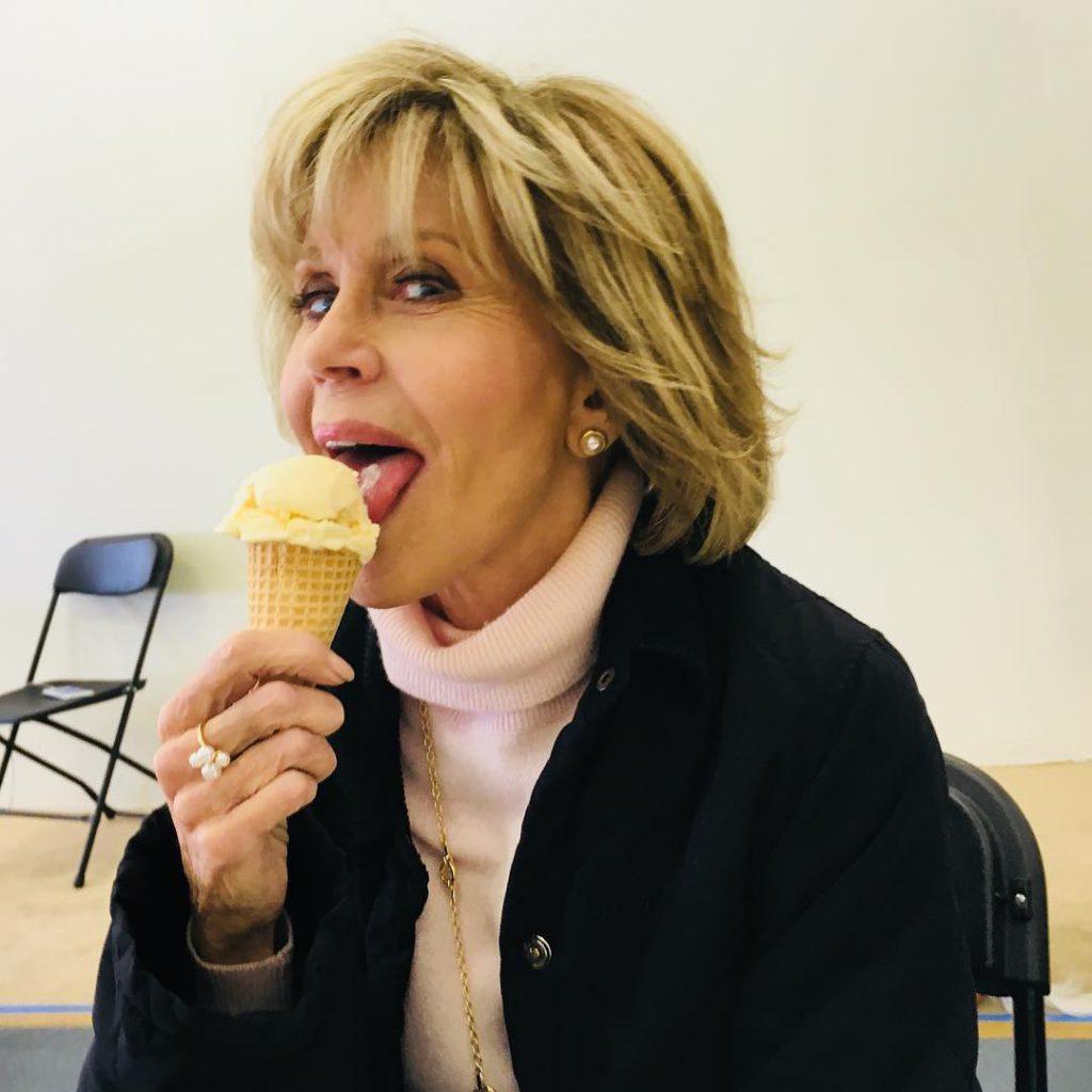 ג'יין פונדה, מלכת האירובי בעבר, מלקקת גלידה בהנאה
