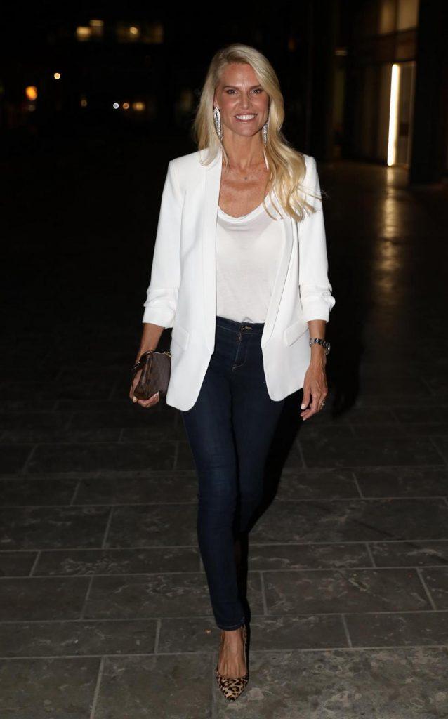 שלי גפני, חברת ילדות של סנדרה, הגיעה בג'ינס בשילוב ז'קט לבן, יחד עם בעלה אופק קהירי