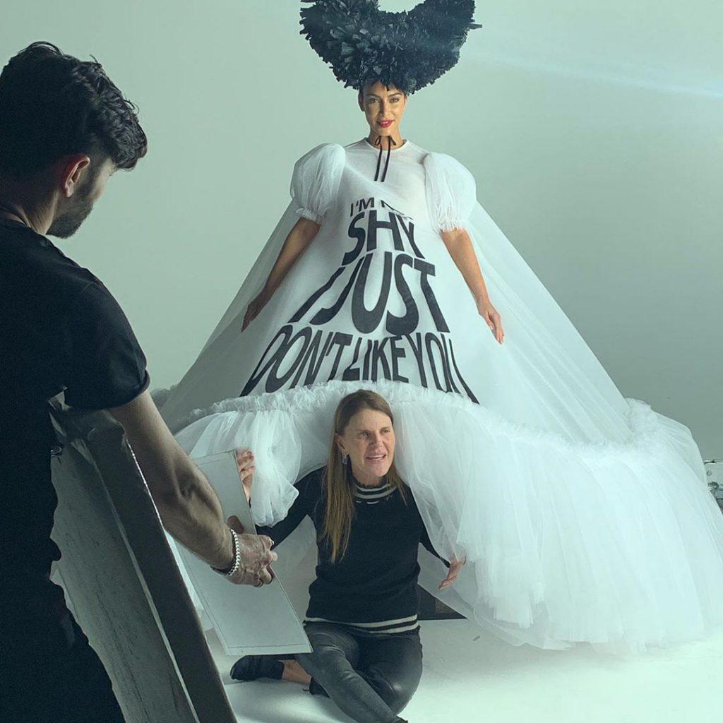 קים בעת הצילומים עם אנה דלו-רוסו, העורכת של ווג יפן, שהיא גם סטייליסטית נחשבת בעולם