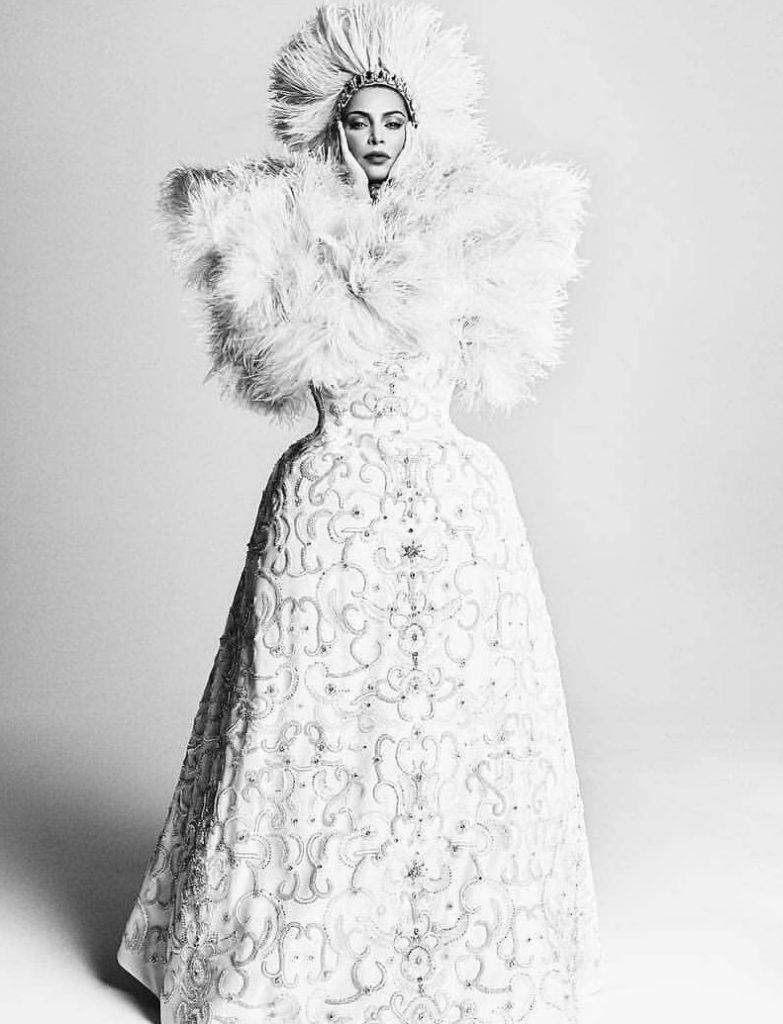קים בשמלה בהשראת המאה ה-19 של בית ולנטינו קוטור