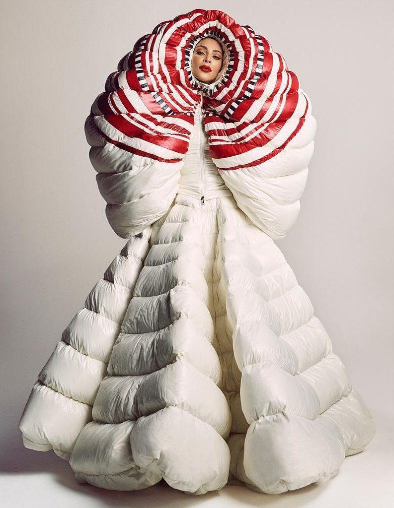קים בשמלת אוברסייז במראה שמיכת פוך עם כיסוי ראש אוונגרדישל בית ולנטינו קוטור