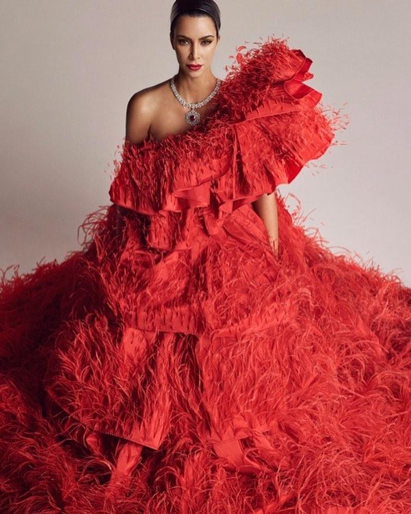 קים בשמלת אדומה סופר גלאמית בעיצוב ולנטינו קוטור