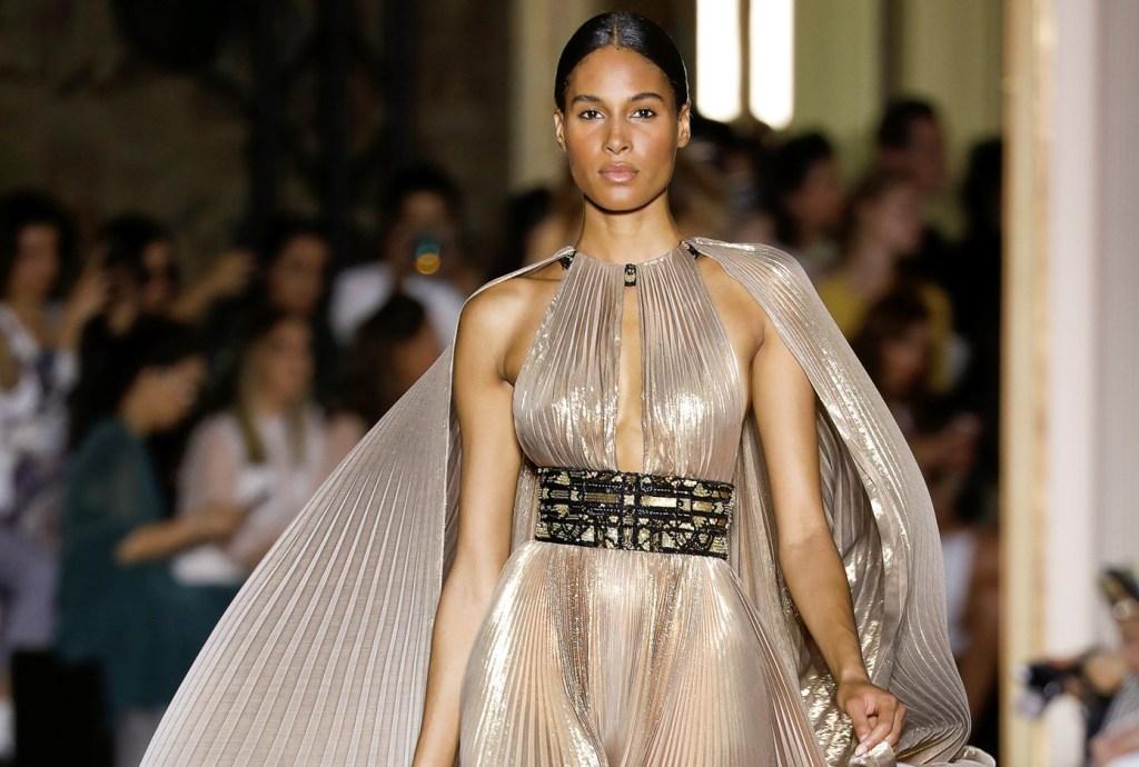 שמלת פליסה מוזהבת עם גלימה תואמת שמתחברת לקולר, בעיצוב זוהיר מוראד