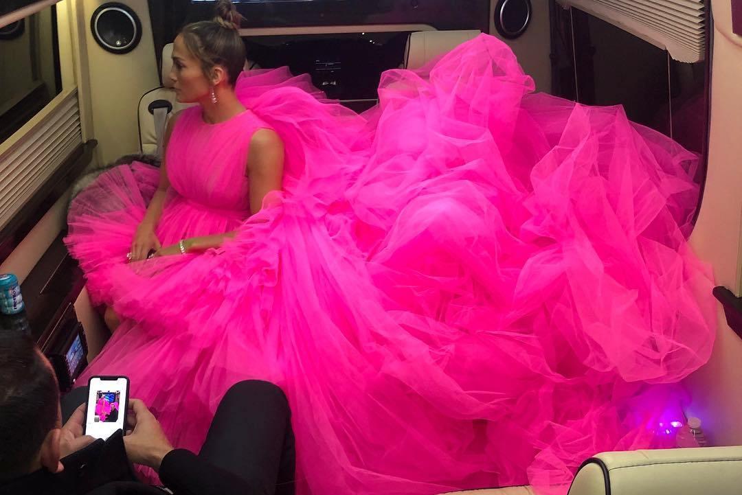 ג'ניפר לופז בפרימיירת סרטה סיבוב שני עם שמלת טול של ג'יאמבטיסטה ואלי