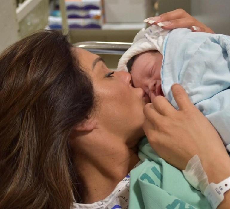 1נעמה קסרי מיד לאחר לידת בתה מיכאלה לפני כשבועיים