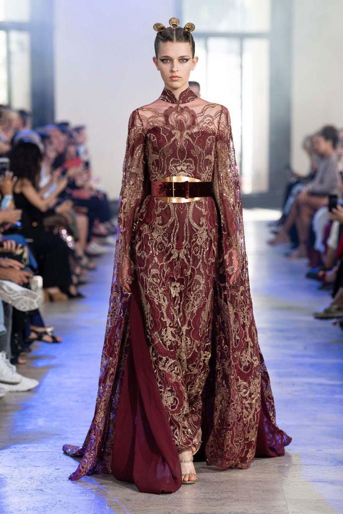 שמלת סטרפס ועליה גלימה עם רקמת זהב וגלימה שנייה בגוון תואם לשמלה, בעיצוב אלי סאאב