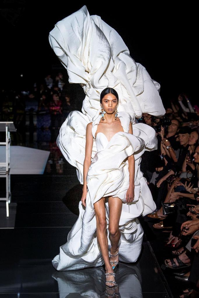שמלת מיני לבנה עם גלימה פיסולית בצורת ענן, בעיצוב סקיאפרלי