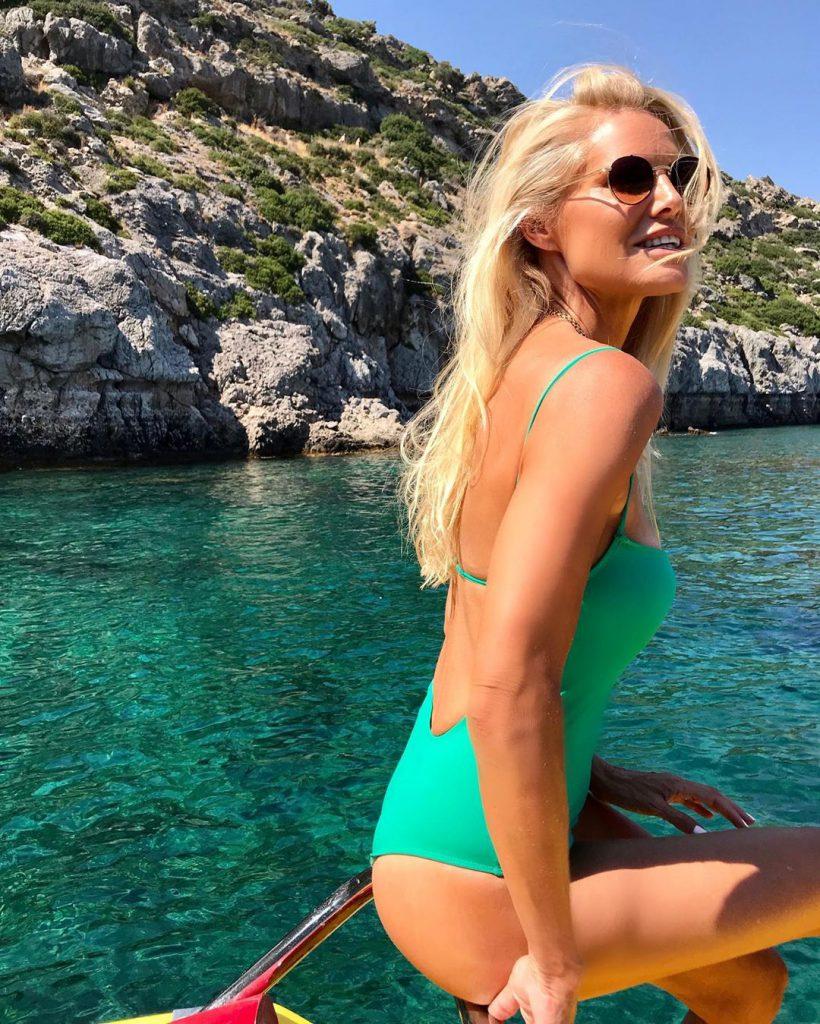 שלי גפני בחופשה ביוון עם מים קריסטליים וצלולים