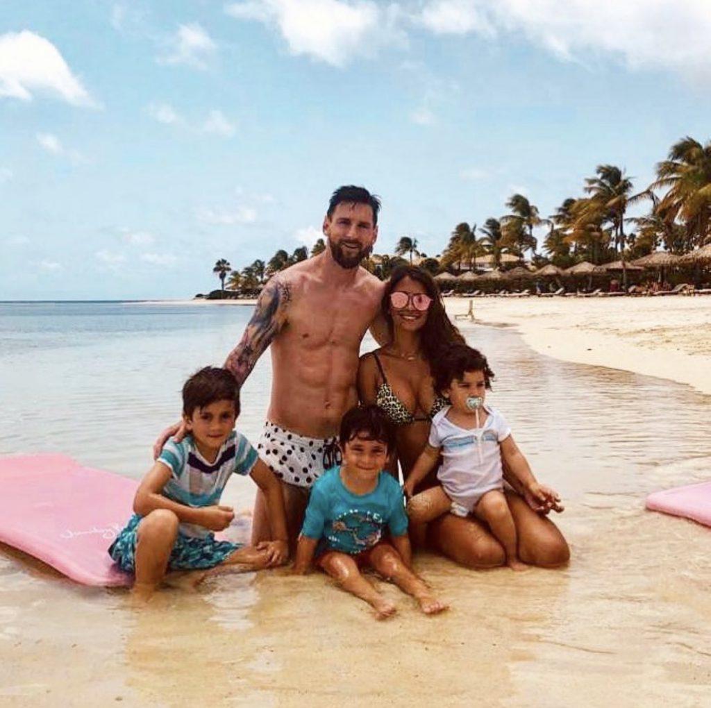 משפחת מסי בהרכב מלא על חוף הים