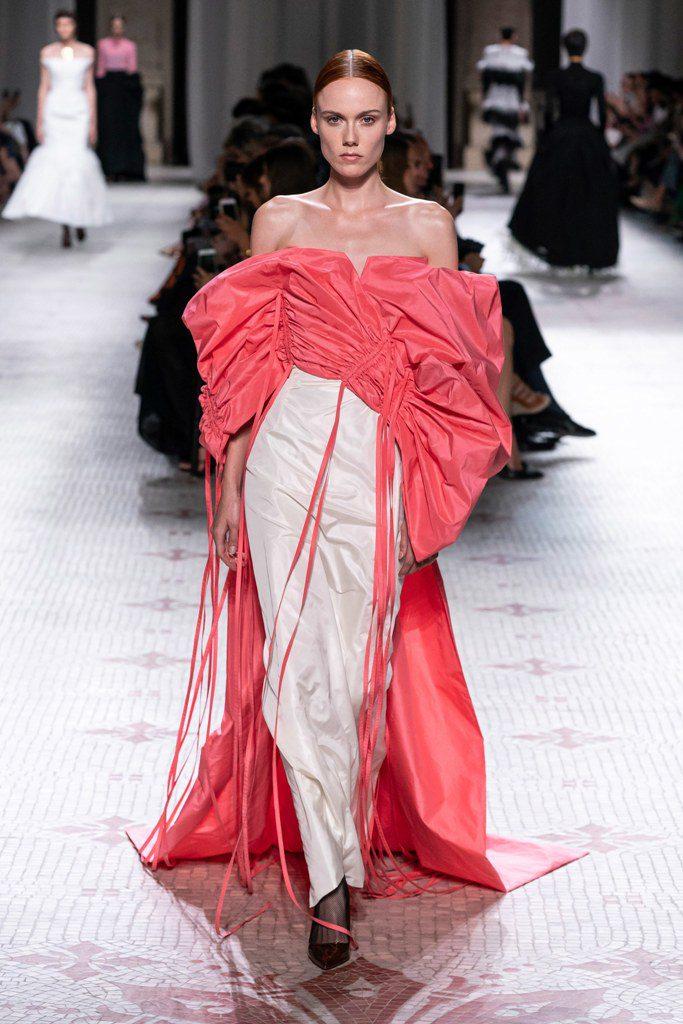 שמלת סטרפלס לבנה עם גלימה בגוון סלמון שמתחברת לטופ, בעיצוב ג'יבנשי