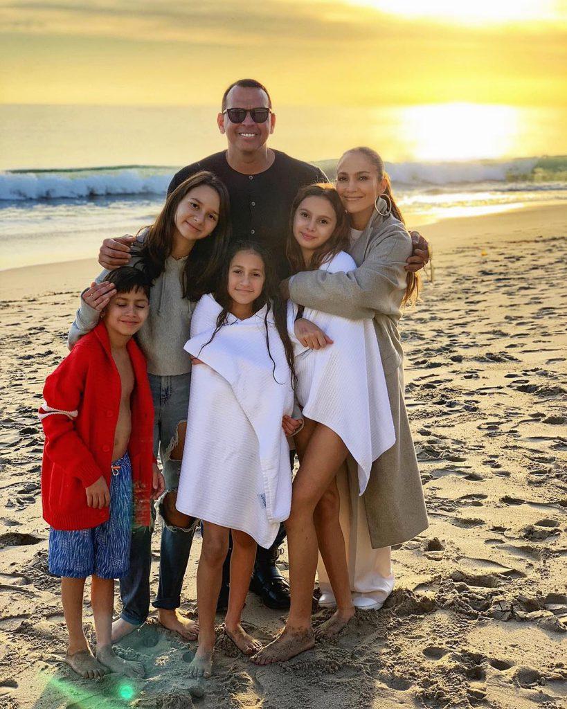 ג'ניפר לופז עם ארוסה אלכס רודריגז, התאומים שלה ושתי בנותיו