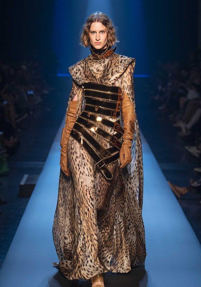 שמלה מנומרת עם גלימה מנומרת בשילוב מחוך חגורות וכפפות ארוכות, בעיצוב ז'אן-פול גוטייה