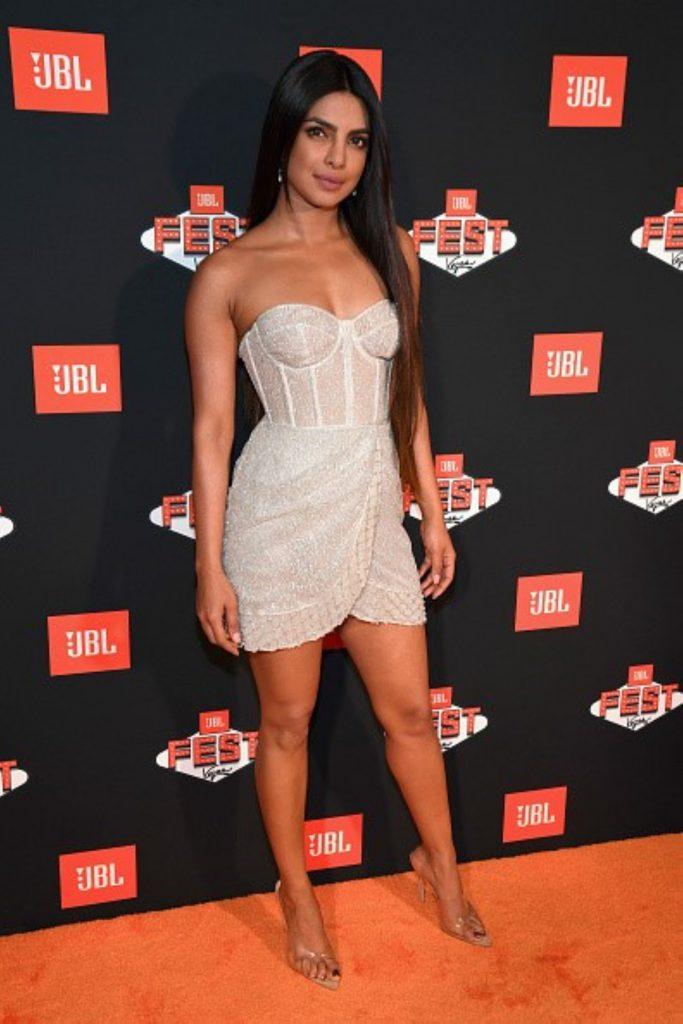 גם פריאנקה צ'ופרה לבשה אותה שמלה בעיצובה של ברטה באחת הבכורות בהוליווד