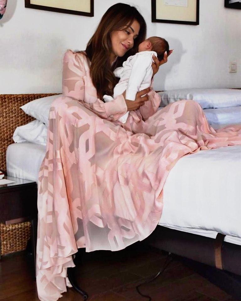 נעמה קסרי עם התינוקת בבית