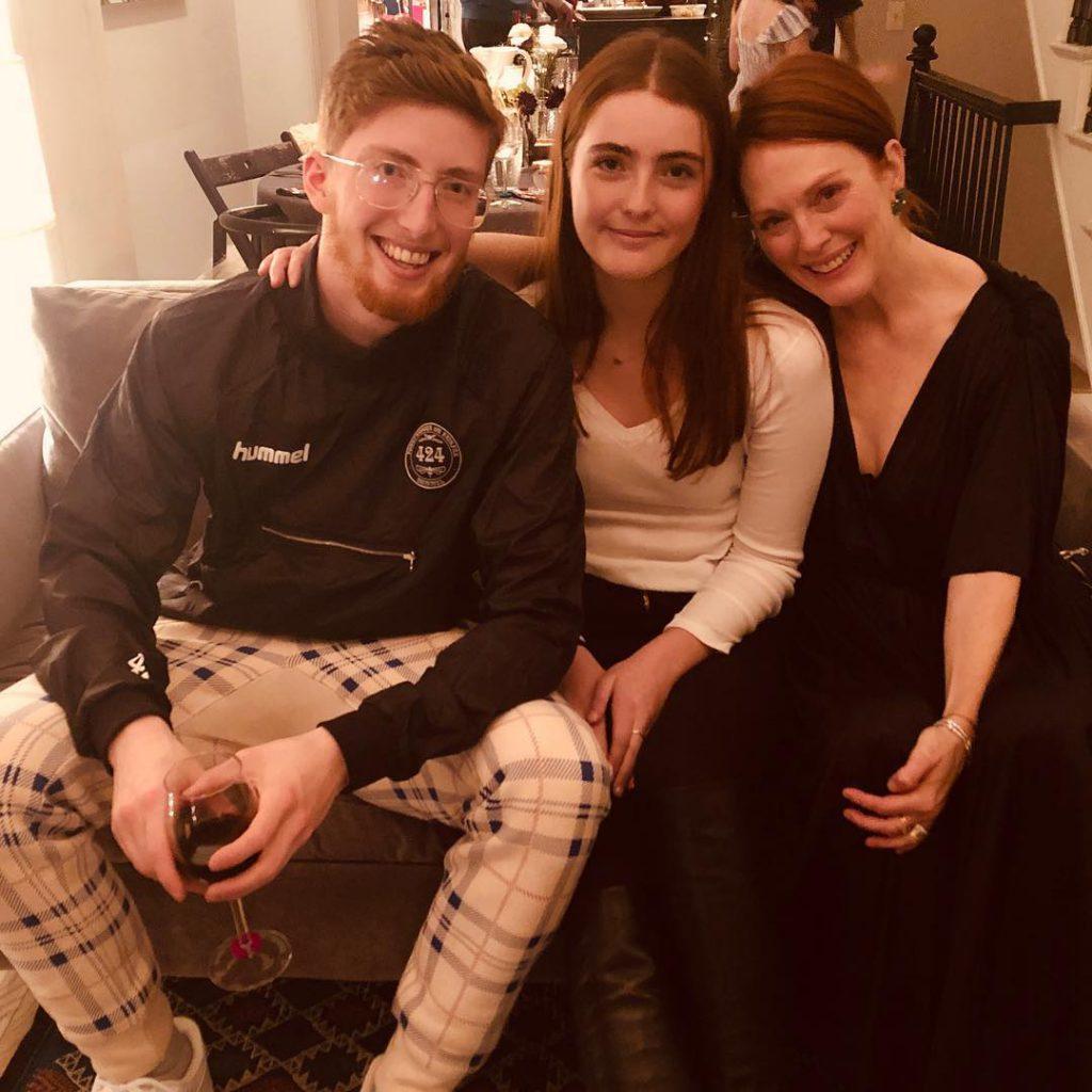 ג'וליאן מור עם בתה ליב ובנה קיילב