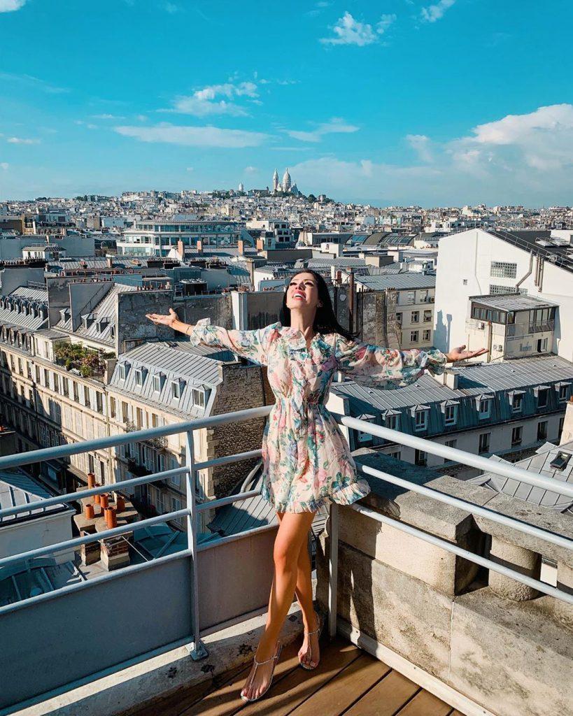 ניקול ראיידמן חוגגת על גגות פריז
