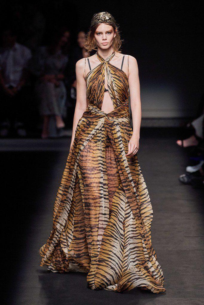 שמלה מנומרת עם גלימה תואמת שמתחילה במותניים, בעיצוב פיטר דונדס
