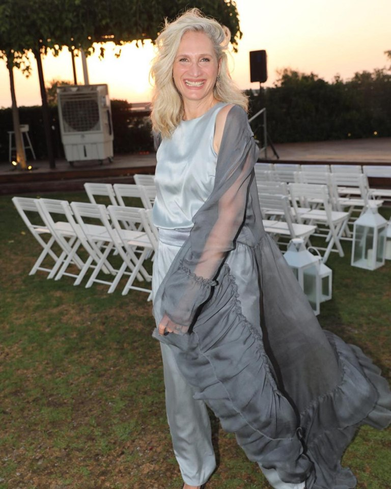 ענת בירן בחליפת מכנסיים ומעליה גלימה תואמת שקופה בעיצוב דני בר-שי