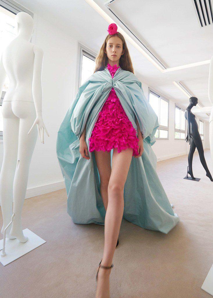 שמלת מיני בוורוד-פוקסיה בשילוב גלימה תכולה במראה סדין עוטף, בעיצוב ג'יאמבטיסטה ואלי