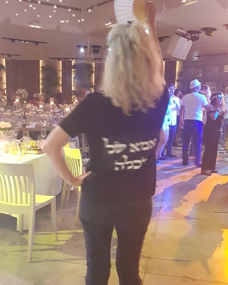 ענת בירן בשלב הריקודים עם טישירט והכיתוב - אמא של הכלה