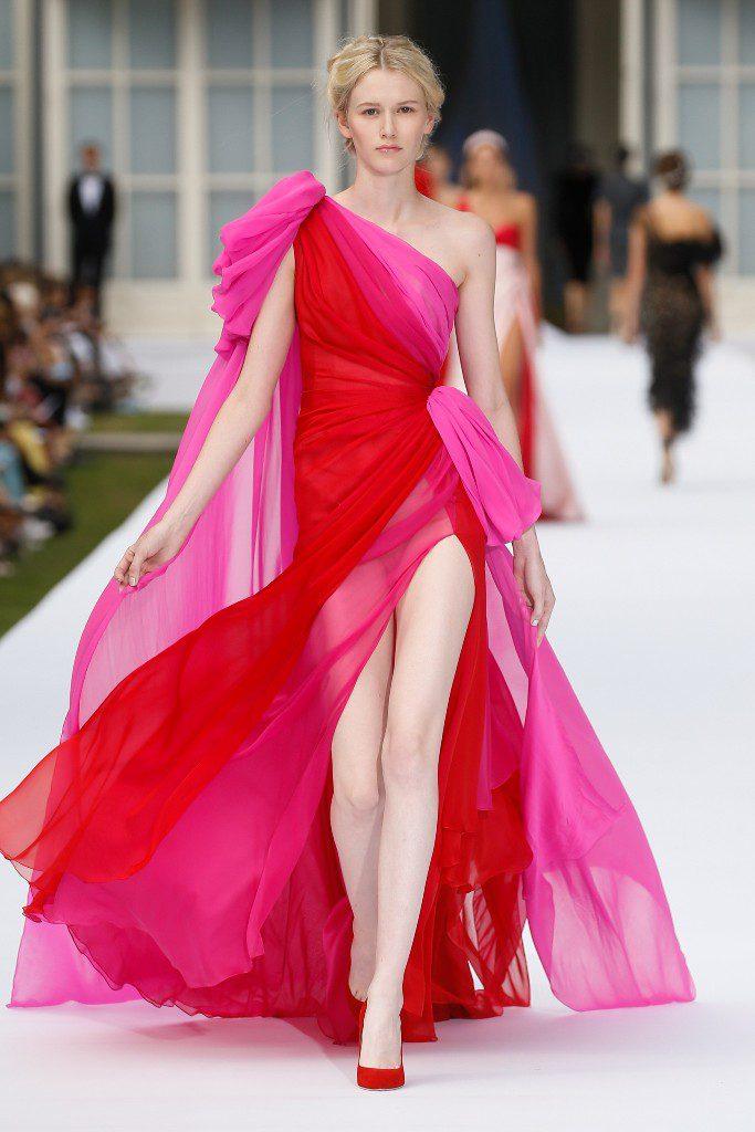 שמלת קולור בלוק באדום ובוורוד-פוקסיה בשילוב גלימה תואמת, בעיצוב ראלף אנד רוסו