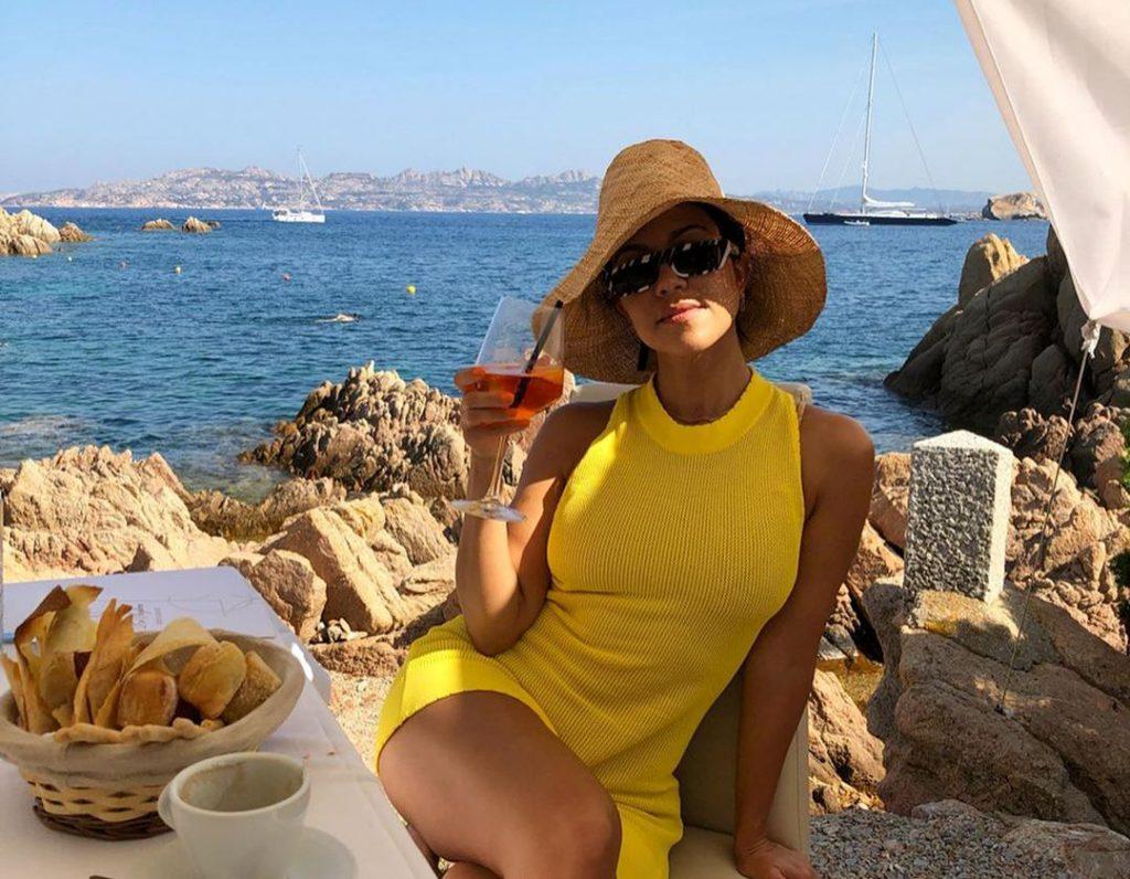 9קורטני קרדשיאן בארוחת בוקר על המים בסרדיניה