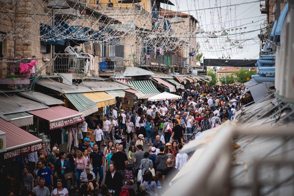 1הצצה מהאטלייה של טלי פרידמן לשוק מחנה יהודה. צילום שירלי פוקס
