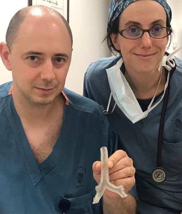 2דר' ולדמיר ורנקין ודר' רות שיילור עם הדגם של קנה בתלת-מימד לתכנון הרדמה