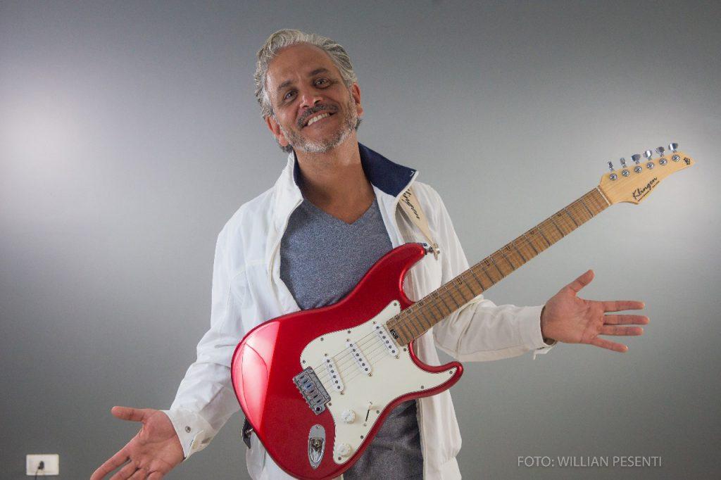 3נגן הגיטרה מברזיל לופה סנטיאגו