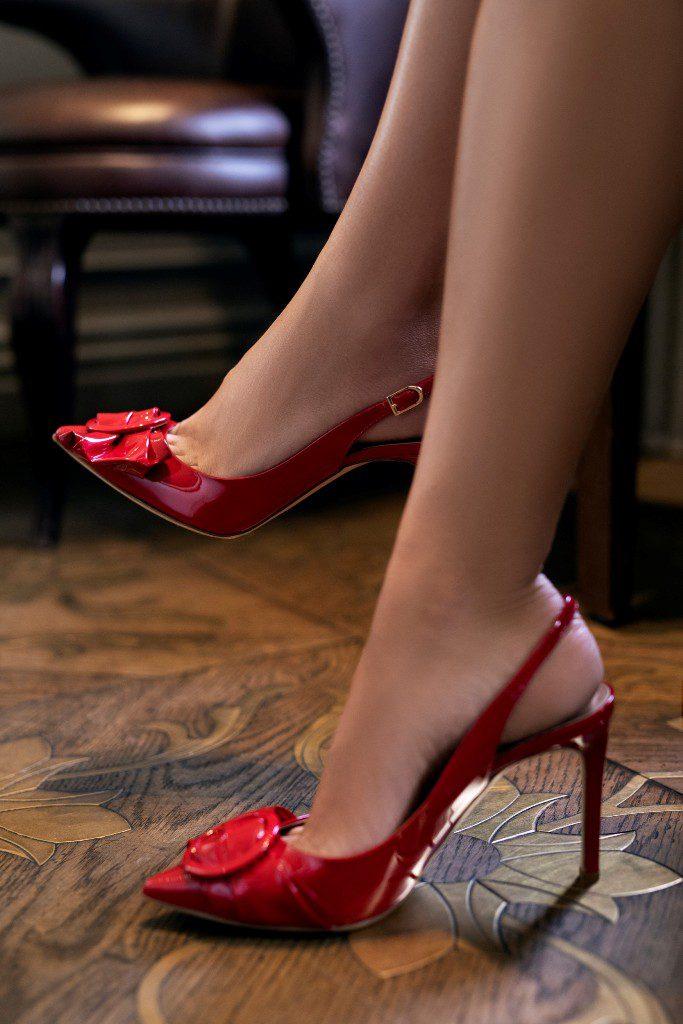 נעלי סטילטו אדומות עם אבזם בחזית, בעיצוב מיכל אנסקי ללאפייט