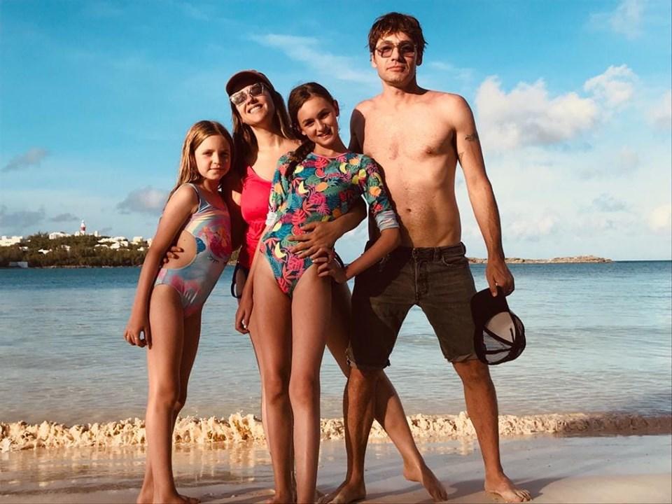 4פאולה וליאון רוזנברג עם הבנות שילה וארבל בחופשה בברמודה