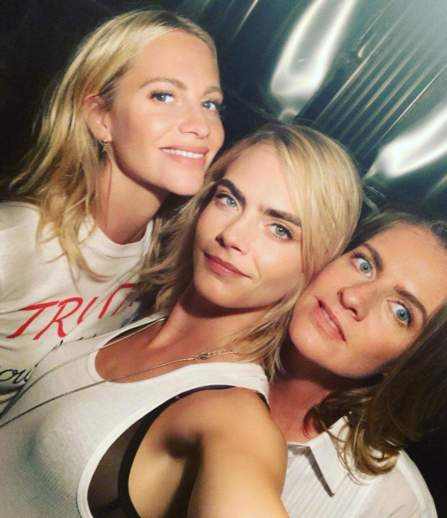 קארה דלווין עם אחיותיה פופי וקלואי