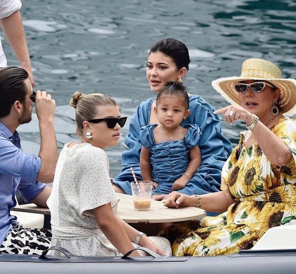 5מפליגים לקאפרי - קריס ג'נר בשמלת החמניות, קיילי וסטרומי וסקוט דיסיק