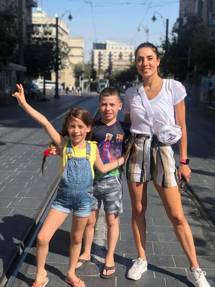 6אירה דולפין וילדיה אור ואביב בשוק מחנה יהודה בירושלים